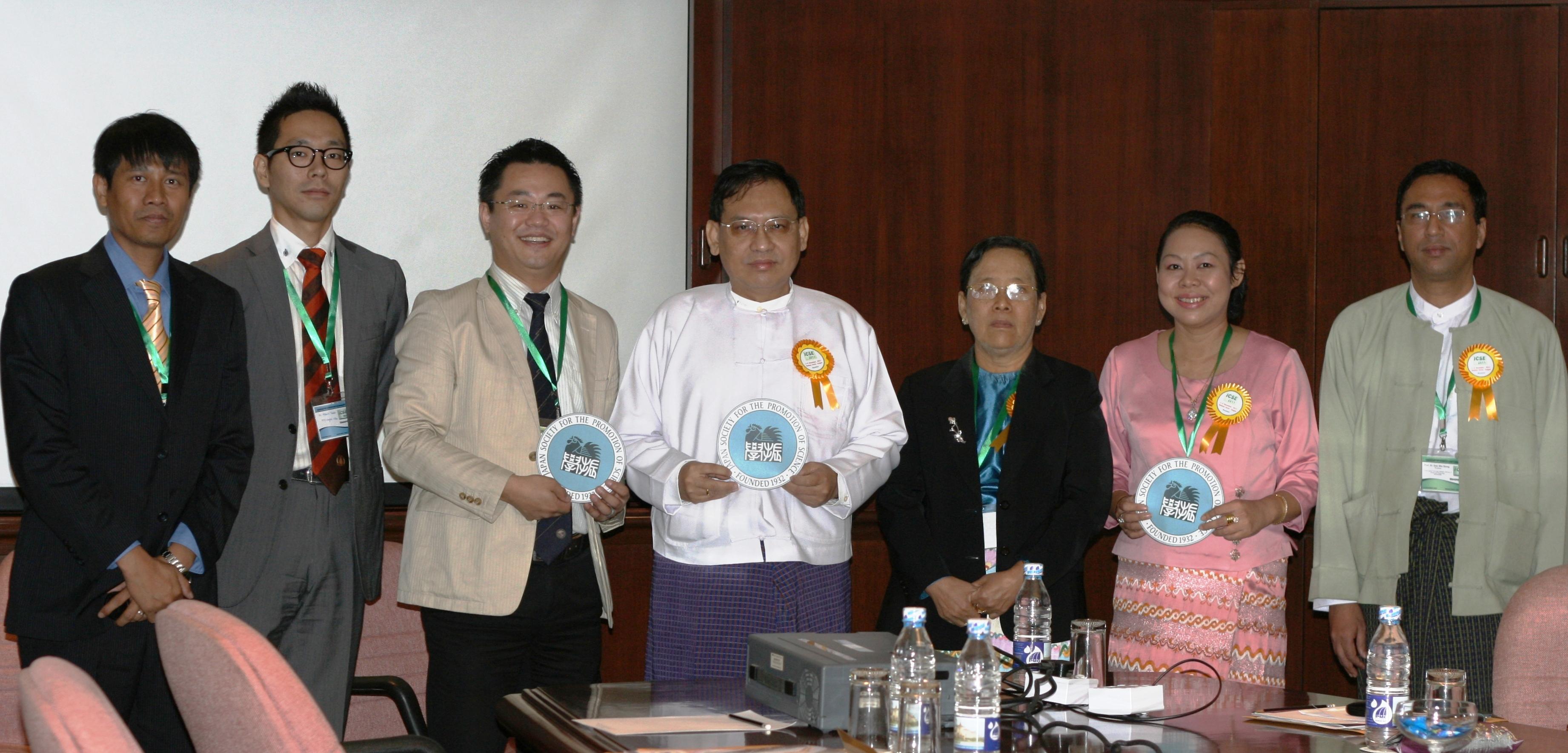 左からDr. Kyaw Sann Oo, 副センター長, センター長, H. E. Dr. Ko Ko Oo, Prof. Dr. Mya Mya Oo, Prof. Dr. Thingi, Prof. Dr. Zaw Min Naing