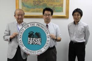 「左からセンター長、平野主査、JASSO山本所長」