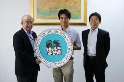 左からセンター長、内田助教、JASSO山本所長