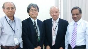 左からホセイン同窓会会長、南公使、センター長、アーメド首相顧問