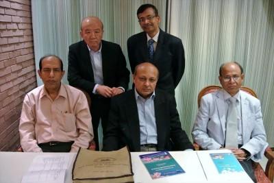 前列左からDr. Haque、Dr. Khondaker事務局長、Dr. Hossain会長、後列左からセンター長、Dr. Alam