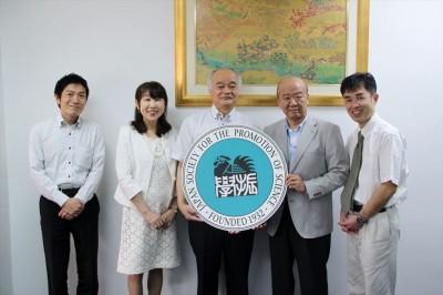 左からJASSO山本所長、高井准教授、山崎副学長、センター長、島垣事務長