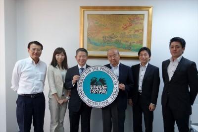 左から松浦所長、橋爪主任、金井理事長、センター長、JASSO山本所長、笹村主任