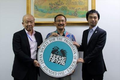 左からセンター長、Irfan教授、副センター長