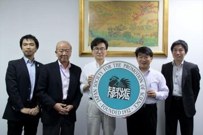 左から副センター長、センター長、九州大学芝田理事、大村部長、JASSO山本所長