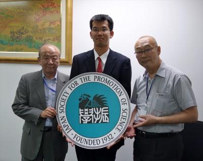 左からセンター長、松浦研究員、阪大関センター長