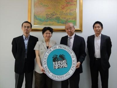 左からJF平林副所長、五十君教授、センター長、JASSO山本所長