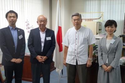 左から山田副センター長、山下センター長、藤井総領事、轟国際協力員