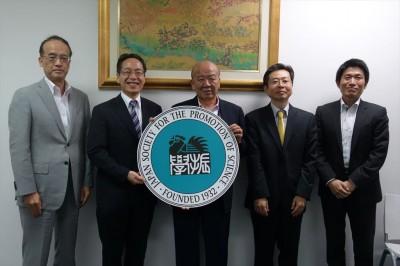 左からJF福田所長、若林茂則副学長、山下センター長、小川正純国際プログラムコーディネーター、JASSO山本所長