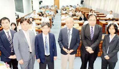 左から山田副センター長、富田助教、Ruttikorn情報学部長、山下センター長、Anantawat副学長、Dr. Duangkamol
