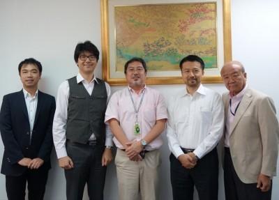 左から山田副センター長、櫻井教授、望月教授、山本教授、山下センター長