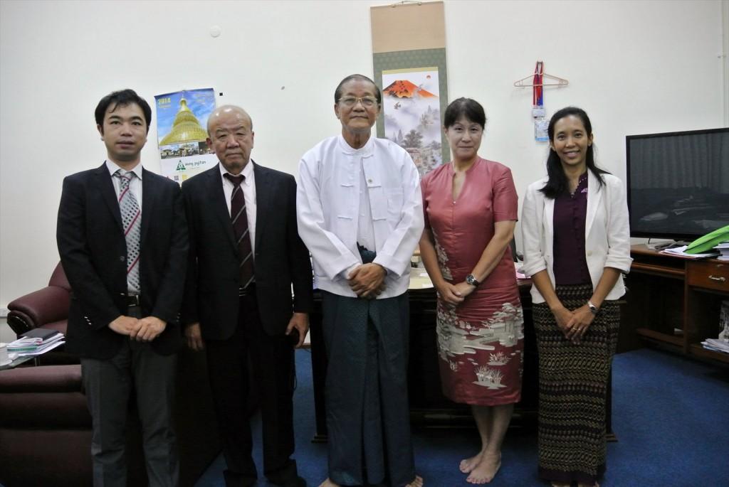 写真左から、副センター長、センター長、Nyi教授、髙樋准教授、Moe Moe Thanコーディネーター