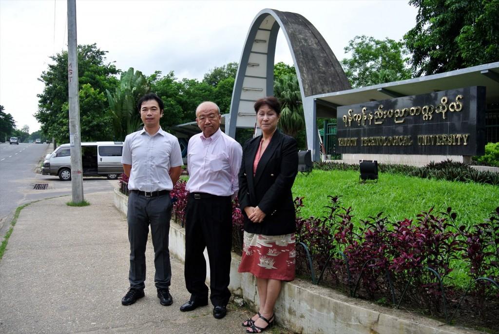 ヤンゴン工科大学正門 左から副センター長、センター長、髙樋准教授
