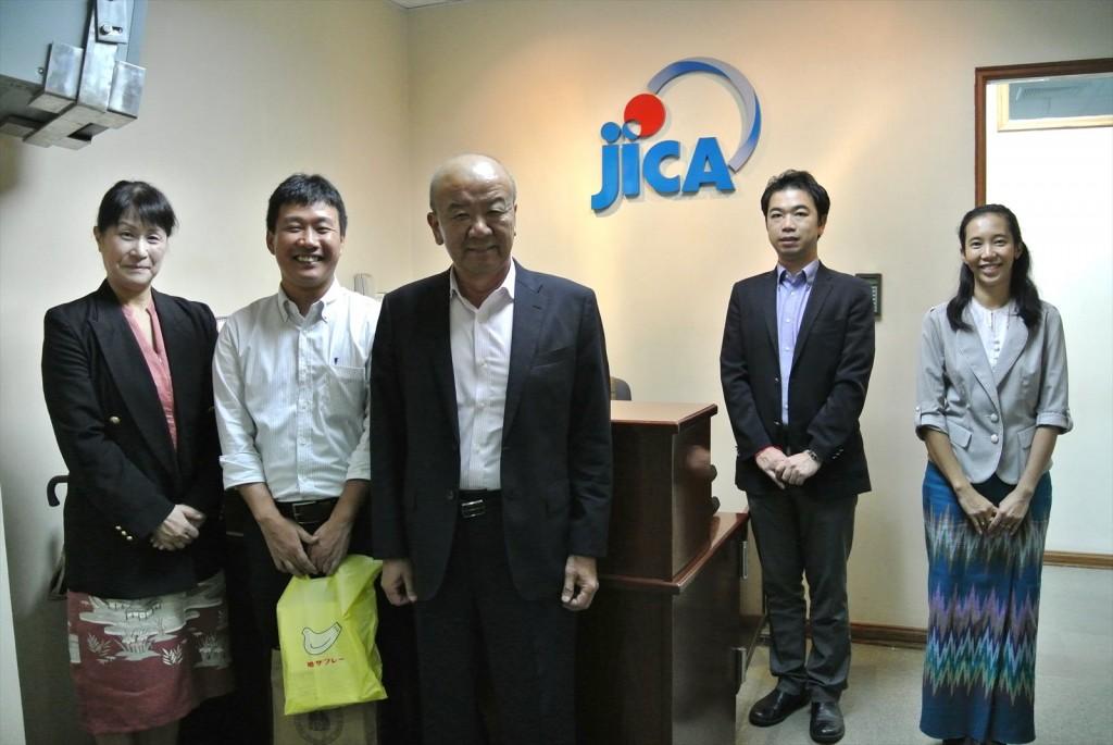 写真左から、髙樋准教授、伊佐氏、センター長、副センター長、Moe Moe Thanコーディネーター