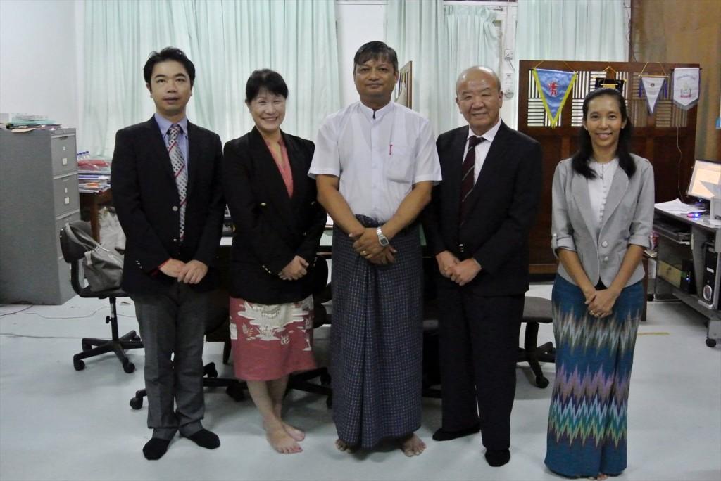 写真左から、副センター長、髙樋准教授、Nay Win Oo教授、センター長、Moe Moe Thanコーディネーター