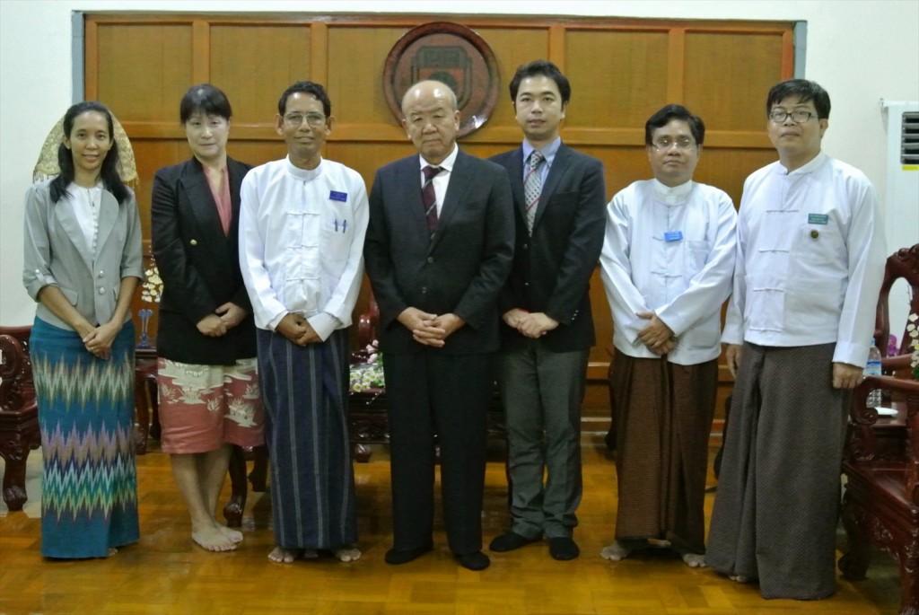 (上下とも)写真左から、Moe Moe Thanコーディネーター、髙樋准教授、Aung Thu学長、 センター長、副センター長、Dr. Kyaw Naing副学長、Aung Kyaw副学長