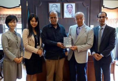 左から轟国際協力員、Buabchamaneeリエゾン・オフィサー、Hossain大使、山下センター長、Rahman総領事