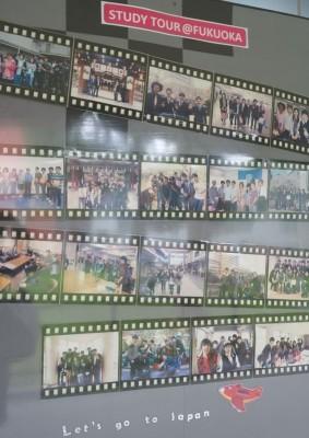 福岡工業大学オフィスに掲示されているタイ人学生の日本留学の様子