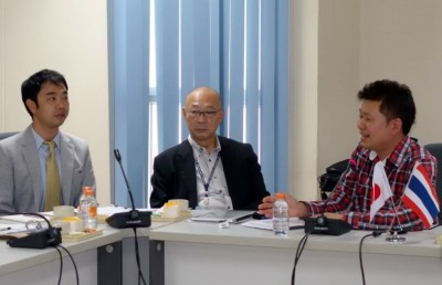 参加した研究者へアドバイスを行うAnak学長補佐(右端)