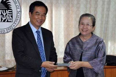 左からPoonpipope国際担当副学長、Dr. Suratwadee