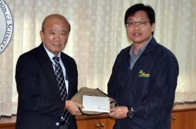 左よりセンター長、Dr. Chinawat