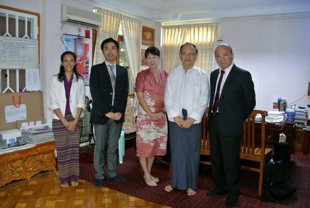 写真左からMoe Moe Thanコーディネーター、副センター長、髙樋准教授、U Khin Maung Win教授、センター長