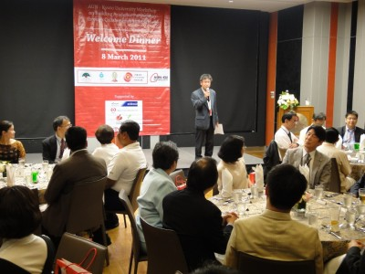 晩さん会の席で挨拶する京都大学東南アジア研究所 河野(こうの)教授