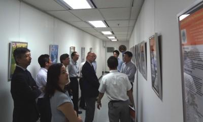 ろうか部分を利用し、在タイの日本の大学のポスターを掲示しております