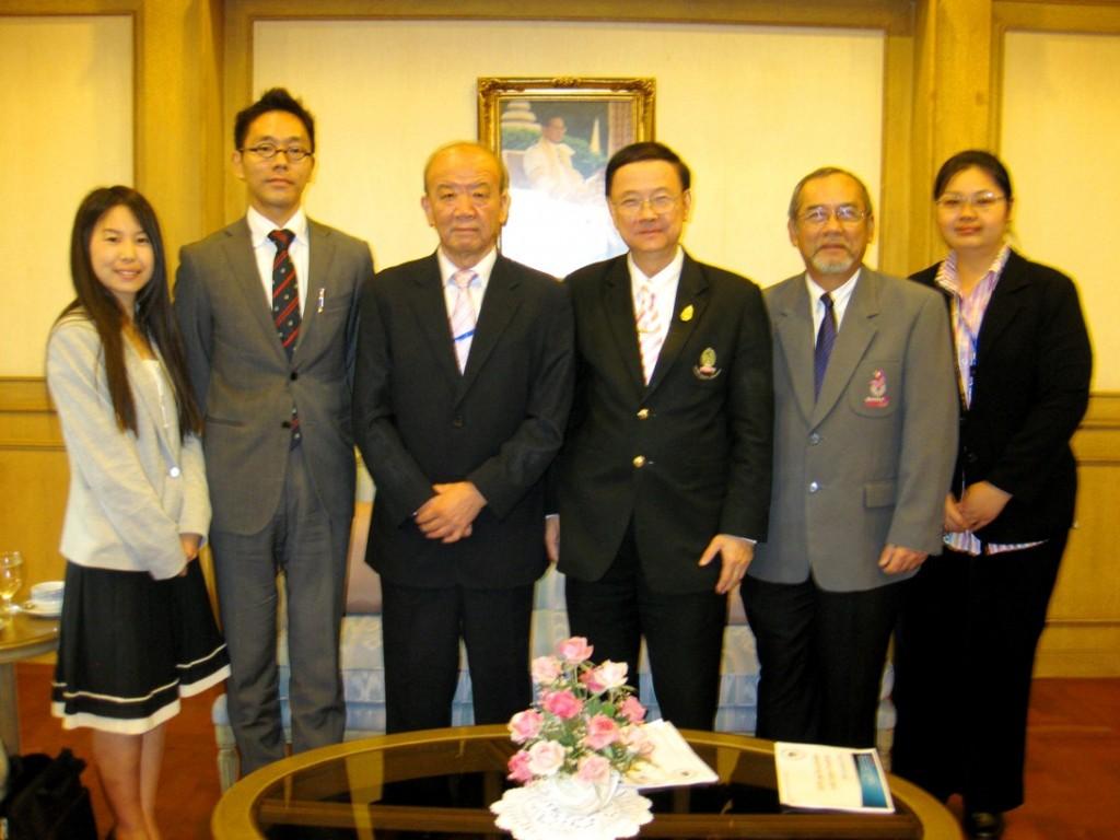 左から、研修員、副センター長、センター長、Pirom学長、Kriangsak Buranapatama学長補佐、当センター現地スタッフ