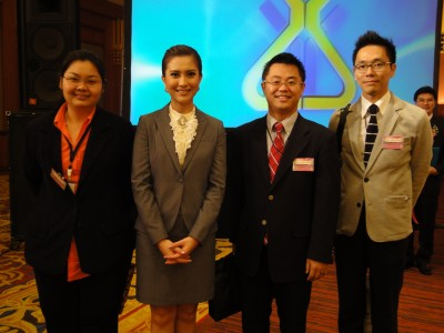 司会者のKemasorn Nookaoさんと、オフィスのメンバー