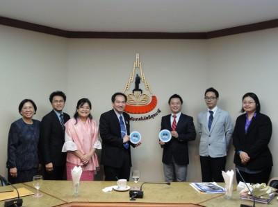 左二人目から、Asst. Prof. Dr. Padej Paolaor, Assistant Rector for Student Affairs, Dr. Guntima Sirijeerachai副学長, Prof. Dr. Sukit Limpijumnong副学長、センター長、タイ人スタッフ
