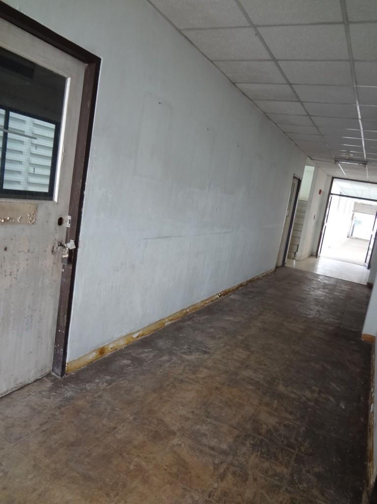 洪水の被害を受けた教室