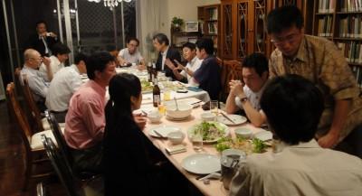 画面中央、両手を開いて話しているのが富田助教