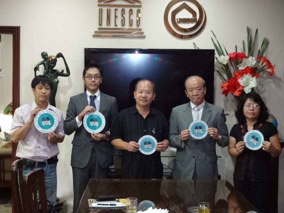 左から、Mr. Tran Van Manh VFUA事務担当次長、副センター長、Mr. Thang会長、センター長、Ms. Le Thi Hoang Anh渉外担当次長