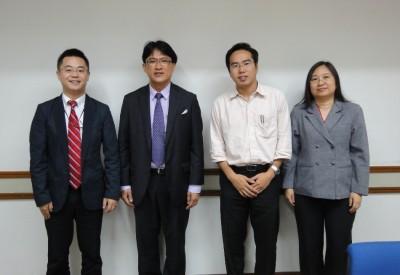 左からセンター長、Dr. Taweep副学長、Dr. Raktipong、Ms. Chanticha部長