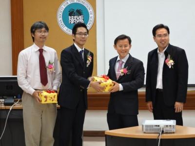左からDr. Boonchai、副センター長、Dr. Virote理事補、Dr. Raktipong