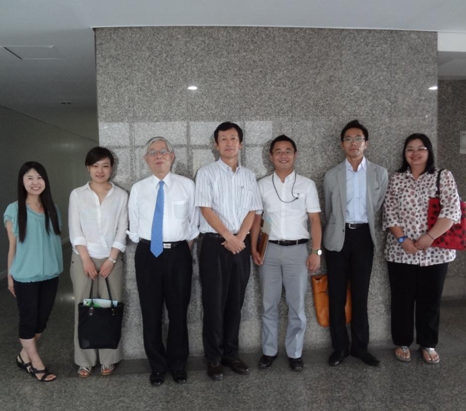 左から大槻研修員、関山東京大学助教、小島理事、河井常任理事、当センターメンバー