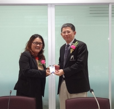 Dr. Perapongから記念品を授与されるDr. Anchana
