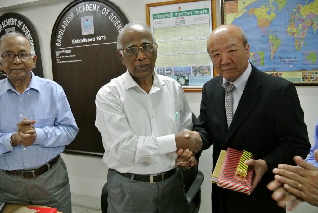 Ahmad会長と握手を交わすセンター長