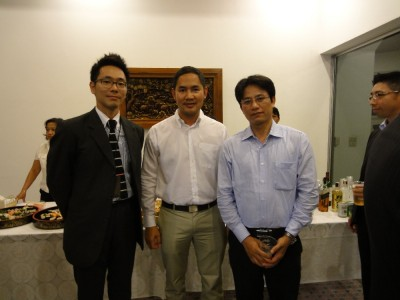 左から副センター長、Dr. Thateva、Dr. Truong