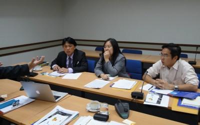 説明するセンター長のPCと、Dr. Taweep副学長、Ms. Chanticha 部長、Dr. Raktipong