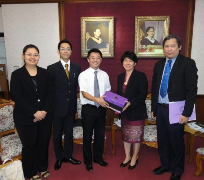左から、当センタースタッフ、副センター長、センター長、Prof. Wipada副学長、Assist. Prof. Nat副学長