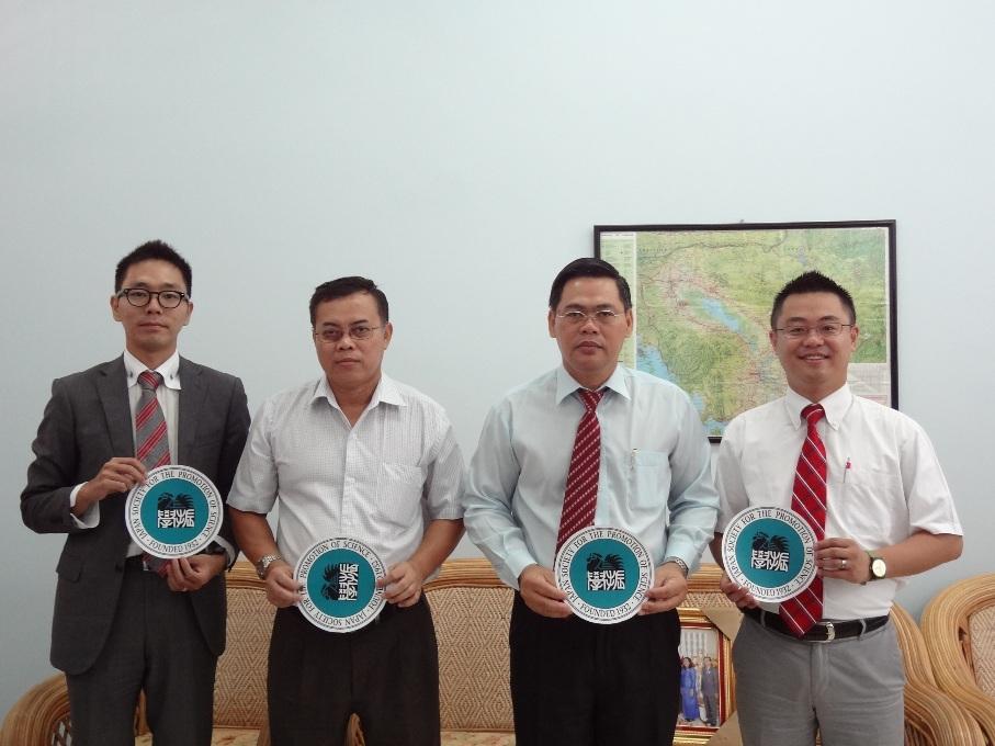 左から副センター長、Dr. CHUNHIENG副学長、Dr. OM学長、センター長
