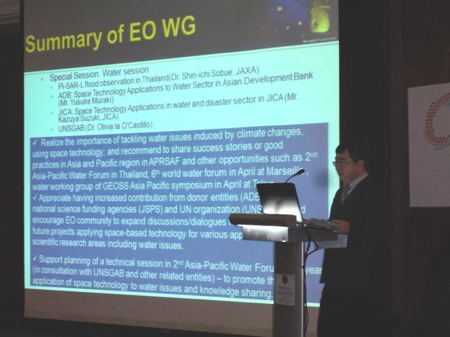 利用可能なファンドの一つとして国連機関等とならんでJSPSの名を読み上げる共同議長Mr. Kwoh Leong Keong, Director, CRISP, NUS