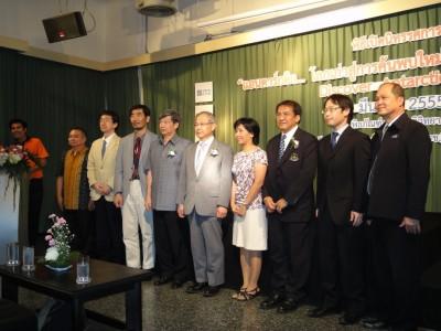 中央の女性がDr. Suchana、その右側男性がDr. Voranop。 Dr. Suchanaの左へ、白石所長、Mr. Manop副所長