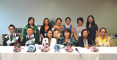 前列左から副センター長、センター長、DOSTのJSPS責任者Ms. Ma. Lourds P. Orijola、その部下の方、フィリピン初の論博フェローDr. Sanchez、Dr. Maricar S. Prudente会長