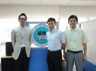 左から副センター長、廣岡課長補佐、栗林職員