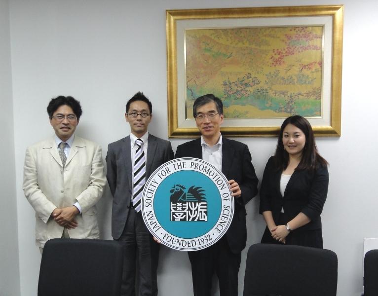 左から小川教授、副センター長、阿部理事・副学長、吉田助教