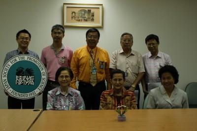 前列左から Dr. Songsri理事 Dr. Busaba会長 Dr. Malee会計担当、後列左から  センター長 Dr. Boonchai秘書担当 Dr. Paritud副会長 Dr. Suvit理事 Dr. Porphant広報担当