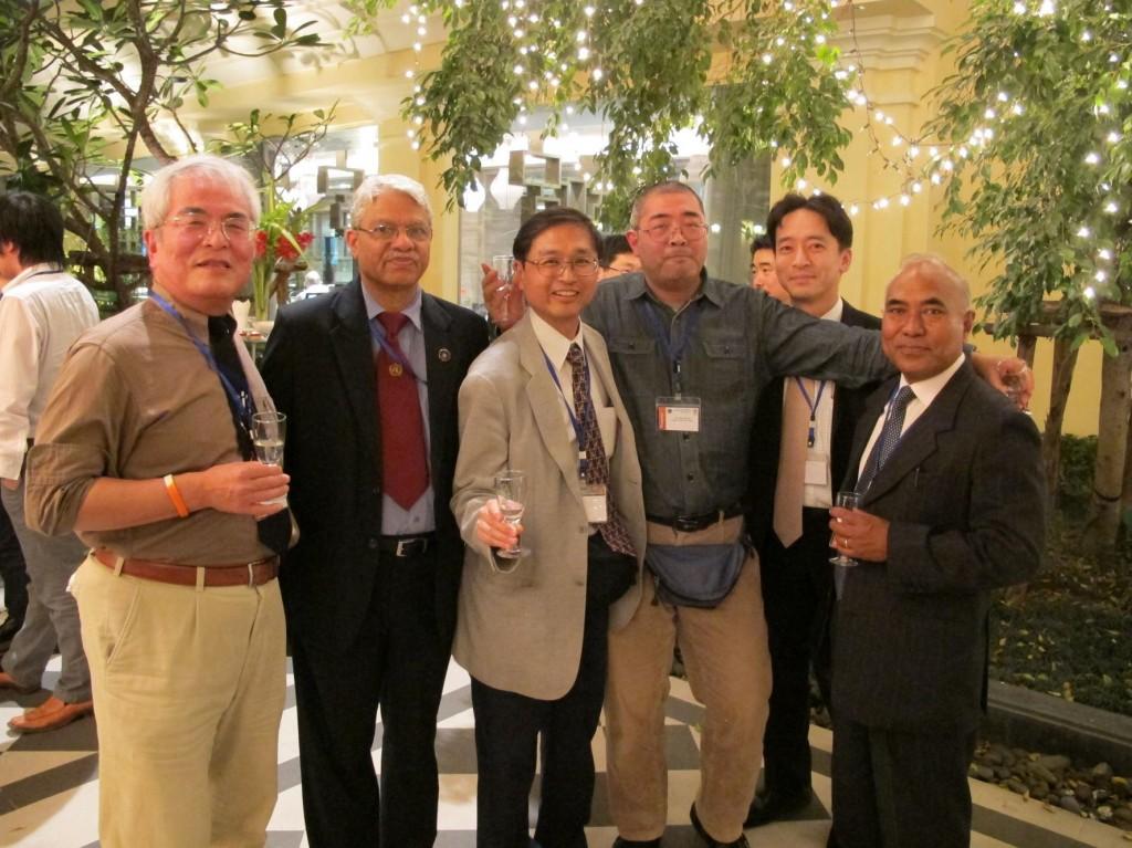 懇親会の様子。左から 京都大学 林教授、インドTyagi博士、首都大学東京 松本教授、香川大学 寺尾准教授、東京大学 木口研究員、ネパール Shrestha博士
